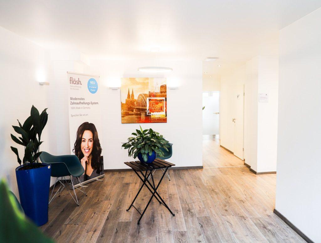 Neuer Wartebereich bei uns in der Zahnarztpraxis in Köln.